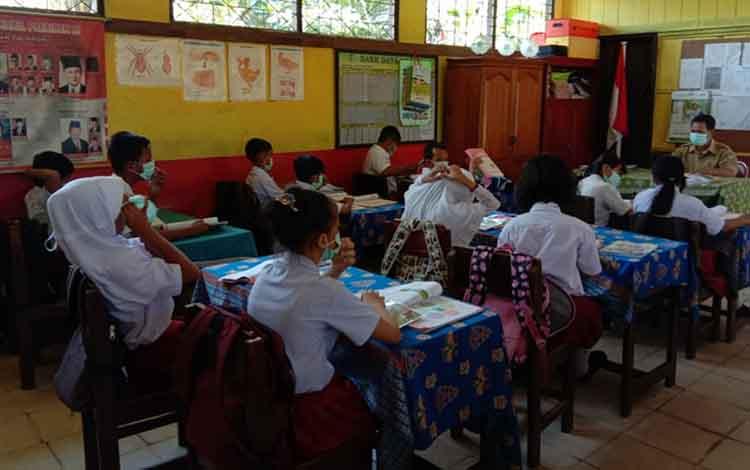 Dinas Pendidikan Kota Palangka Raya menegaskan proses belajar mengajar tetap dilaksanakan selama kabut susulan, Kamis, 5 September 2019. Tampak murid belajar menggunakan masker.