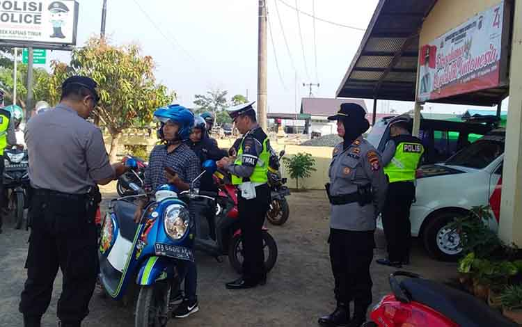 Polsek Kapuas Timur membantu Satlantas Polres Kapuas dalam pelaksanaan Operasi Patuh Telabang 2019 di perbatasan Kalteng - Kalsel, Jalan Trans Kalimantan Kamis, 5 September 2019.
