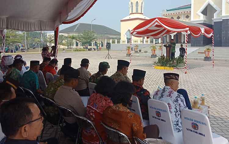 Wakil Bupati Murung Raya, Rejikinoor menyambut kedatangan jemaah haji dari Tanah Suci Makkah, Kamis, 5 September 2019