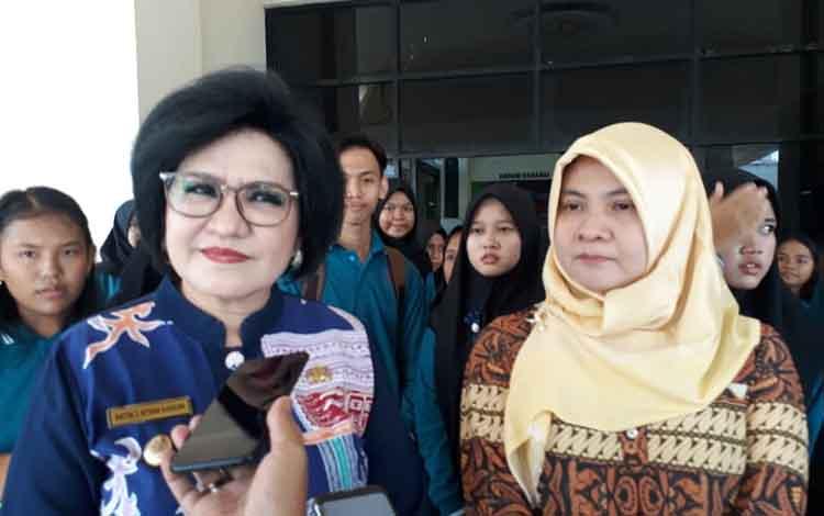 Wakil Bupati Barito Selatan, Satya Titiek Atyani Djoedir saat diwawancarai seusai menghadiri acara peringatan Hari Anak Nasional di GPU Jaro Pirarahan, Kamis 5 September 2019