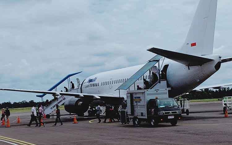 Pesawat tiba di Bandara Iskandar Pangkalan Bun, Kamis, 5 Agustus 2019. Sementara itu akibat kabut asap, aktivitas penerbangan menjadi terganggu