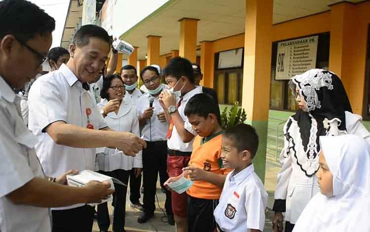 Kepala Dinas Kesehatan Barito Selatan, Djulita K Palar membagikan masker ke sekolah, guna antisipasi dampak kabut asap, Kamis, 5 September 2019.