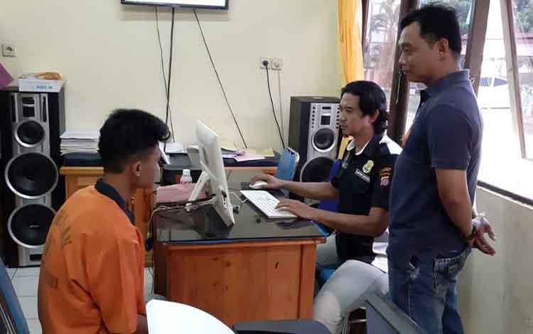 Jajaran Polsek Dusun Selatan mengamankan seorang pemuda berinisial AI, 28, saat asyik berduaan dengan remaja perempuan yang masih di bawah umur.
