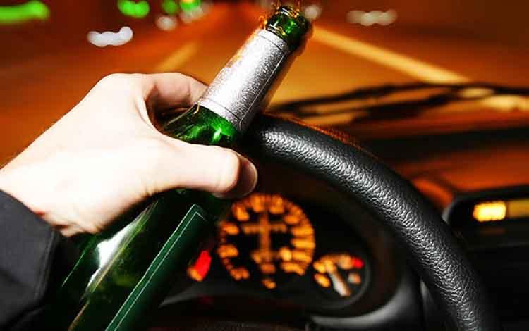 Ilustrasi pengendara sambil mengonsumsi alkohol. Di Kalimantan Tengah ada 2 pengendara yang ditilang pada Operasi Patuh Telabang 2019 karena di bawah pengaruh alkohol atau mabuk.