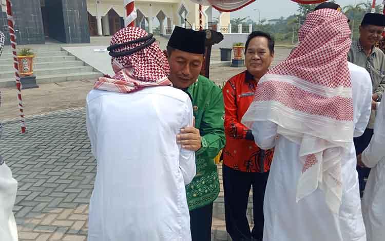 Wakil Bupati Murung Raya, Rejikinoor menyambut kedatangan 67 jemaah haji Murung Raya di Puruk Cahu, Kamis, 5 September 2019.