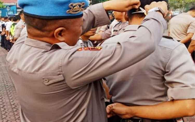 Kasi Propam Polres Barito Utara Iptu Endang Supriyatno memotong rambut  perseonel yang dinilai tidak rapi, Kamis, 5 September 2019.