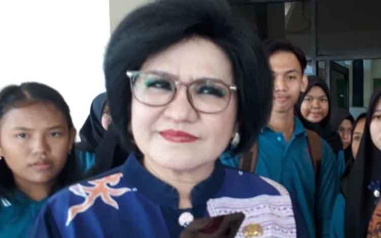 Wakil Bupati Barito Selatan Satya Titiek Atyani Djoedir saat diwawancarai terkait komitmennya untuk mewujudkan kabupaten layak anak sebagai bentuk untuk melindungi hak anak