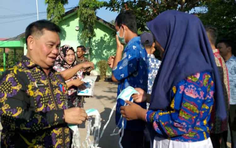 Sekda Kotawaringin Timur, Halikinnor saat membagikan masker ke sejumlah sekolah. Salah satunya di SMAN 4 Sampit, Kamis, 5 September 2019.