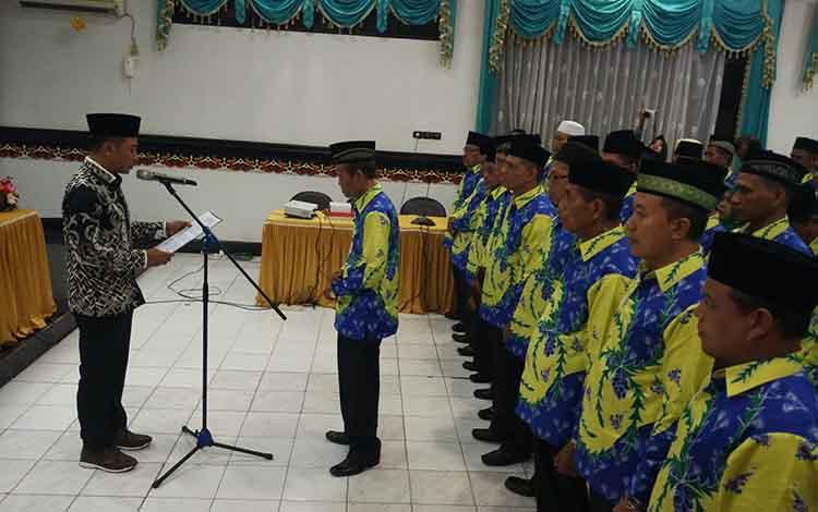 Bupati Kotawaringin Timur Supian Hadi saat melantik dewan hakim, juri, dan panitera MTQ Kabupaten, di lantai II Setda Kotim Kamis, 5 September 2019.