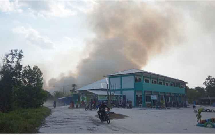 Kepulan asap akibat lahan terbakar di sekitar Sekolah Alam Bina Insan, Jalan Tjilik Riwut I, Kelurahan Sidorejo, Kotawaringin Barat, Jumat, 6 September 2019