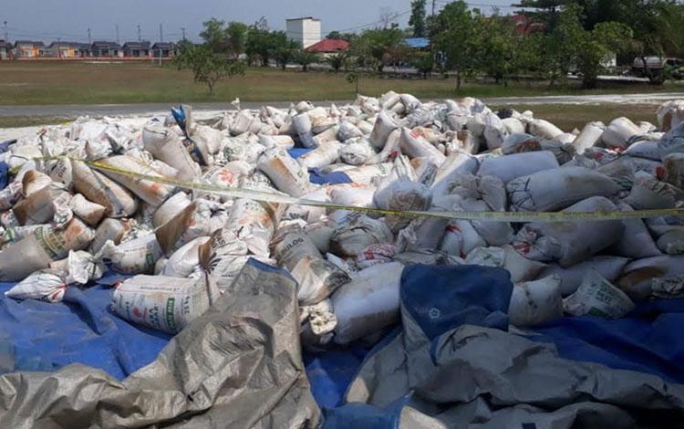 Tumpukan zirkon sebanyak 57 ton yang diduga ilegal ini diamankan  di Markas Oolres Katingan dari sal