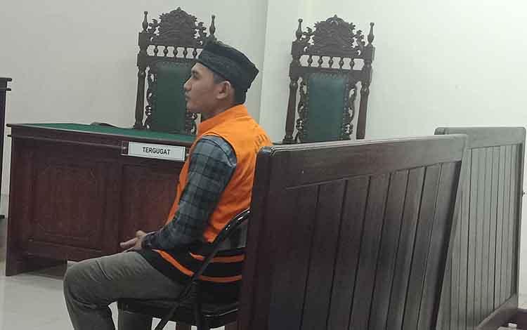 Ro alias Jal, operator loader terdakwa kecelakaan kerja saat di Pengadilan Negeri Sampit, Jumat, 6 September 2019. Dia mengaku tidak bisa menghindari kejadian itu.