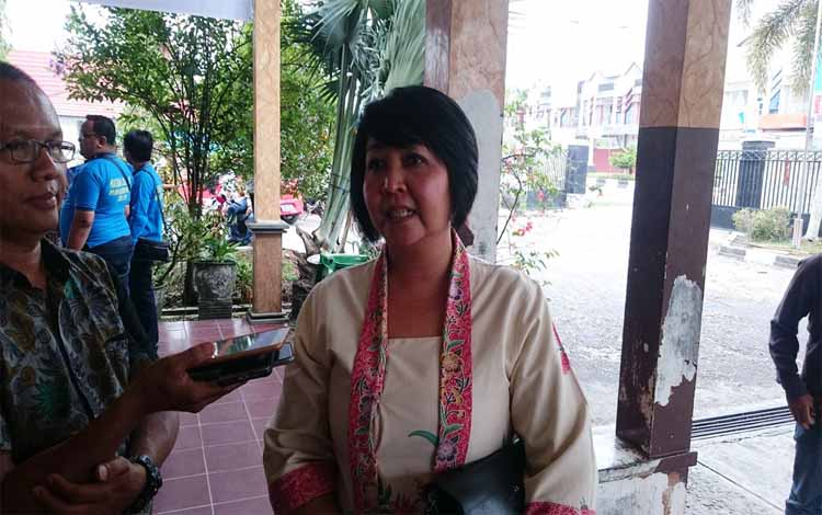 Anggota DPRD Gunung Mas, Iceu Purnamasari memberi keterangan soal rencana pemilihan anggota BPD Sepang Kota