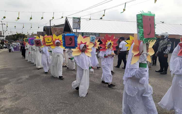 Rusan peserta ikut meramikan pawai 1 Muharram 1441 Hijriah, Sabtu 7 September 2019. Pawai ini diselenggarakan oleh PHBI Sukamara