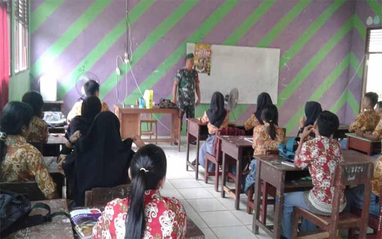 Anggota Koramil 07 Puruk Cahu mensosialisasikan rekruitmen calon TNI AD di SMAN 1 Murung, Sabtu 7 September 2019