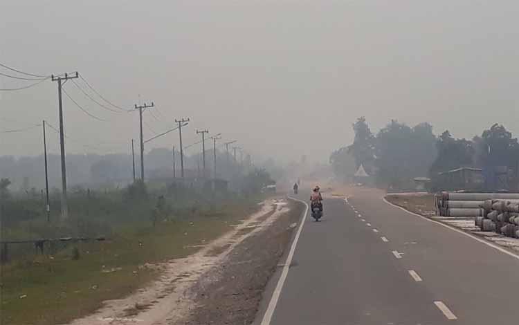 Kabut asap akibat kebakaran hutan dan lahan mulai menyelimuti wilayah Kotawaringin Barat, Sabtu 7 September 2019