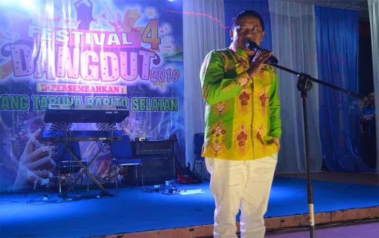 Kepala Disporaparbud Barito Selatan, Manat Simanjuntak membuka festival dangdut Karang Taruna di Taman Iring Witu Buntok Jumat, 6 Agustus 2019