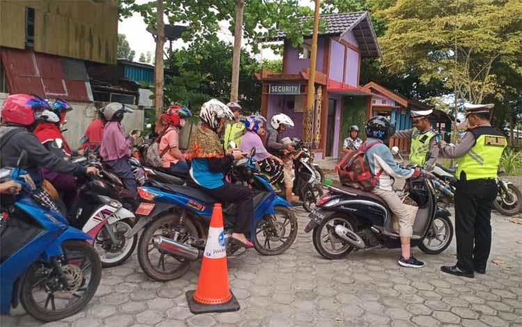 Anggota Satlantas Polres Kapuas saat melaksanakan Operasi Patuh Telabang di Jalan Tambun Bungai. Banyak pengendara yang kena razia, Jumat sore, 6 September 2019
