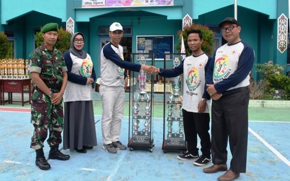 Penyerahan piala bergilir oleh Kasi Pendidikan Madrasah Sajarwan kepada panitia lomba persahabatan Palang Merah Remaja yang digelar MAN Kapuas, Minggu, 8 September 2019.