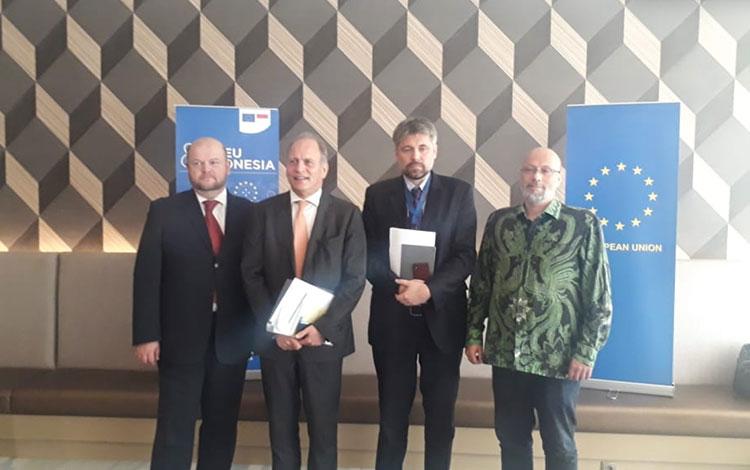 Uni Eropa atau UE menegaskan bahwa tidak ada kampanye hitam (black campaign) terkait produk minyak kelapa sawit dari Indonesia