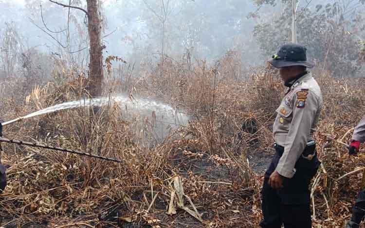 Personel Polres Katingan ikut membantu tim gabungan padamkan lahan gambut di Desa Talian Kereng, Kecamatan Katingan Hilir, Senin, 9 September 2019.