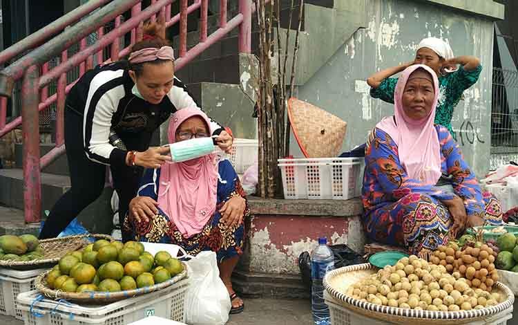 Anggota DPRD Provinsi Kalteng Sinar Kamala saat bagi masker terhadap masyarakat. Dirinya mengatakan, penanganan kebakaran lahan bukan hanya tanggung jawab pemerintah dan tim satgas karhutla, namun semua elemen masyarakat, Senin, 9 September 2019.