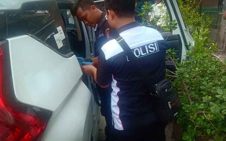 Anggota kepolisian melakukan oleh TKP terhadap mobil pecah kaca di Jalan Kahayan, Kota Palangka Raya. Akibat kejadian ini pengusaha walet asal Buntok kehilangan uang ratusan juta