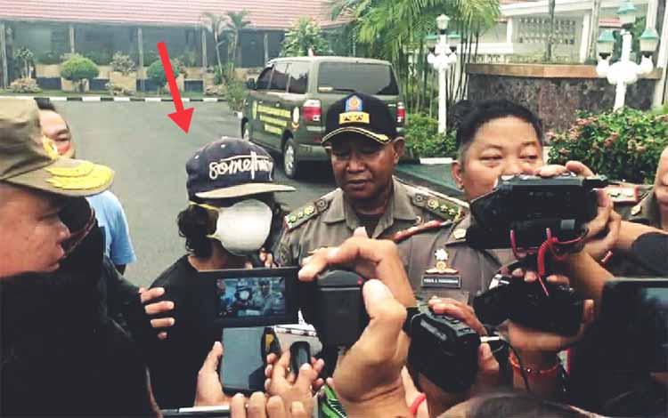 Pelaku karhutla Haryadi saat diamankan oleh Satpol PP Kota Palangka Raya di Jalan G Obos 14 pertengahan Agustus 2019. Kabarnya 10 tahun lalu Haryadi masih waras