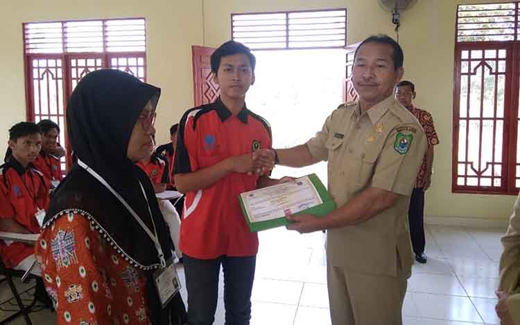 32 peserta ikuti program pelatihan kejuruan teknik otomotif dan garmen apparel di BLK Kapuas. Plt Kepala Dinas Tenaga Kerja Kapuas menyerahkan sertifikat secara simbolis kepada peserta pada Senin, 9 September 2019