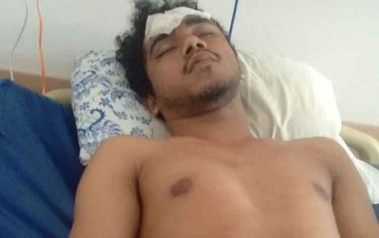 Kristovorus Karubin mahasiswa Kalteng yang dianiaya di Yogjakarta saat dirawat di rumah sakit. Para orang tua yang anaknya kuliah di luar daerah resah dengan insiden itu.