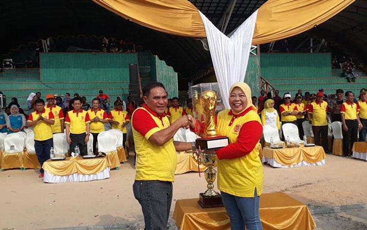 Bupati Kotawaringin Barat Hj Nurhidayah  membuka secara resmi turnamen Bupati Cup 10 Cabang Olahraga 2019, di Stadion Sampuraga Lama, Minggu, 8 September 2019.