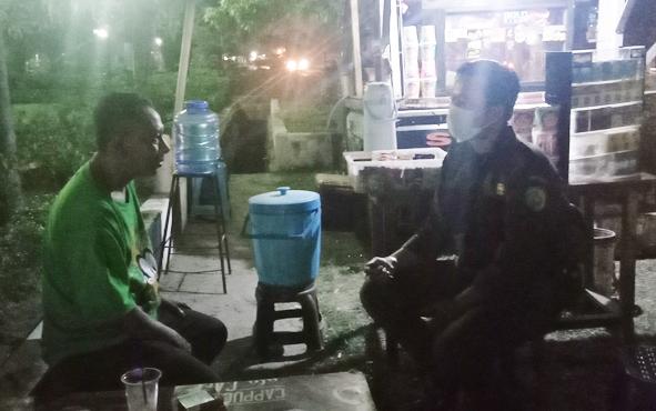 Petugas keamanan taman Kota Palangka Raya melakukan sosialisasi kepadapara pedagang kaki lima (PKL) yang berjualan di Taman BMX, Jalan Garuda, Senin, 9 September 2109 malam.