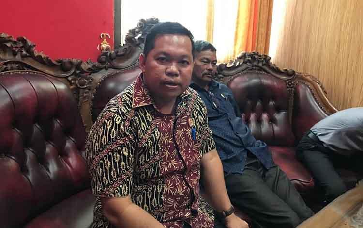 Wakil Ketua Sementara DPRD Kapuas Yohanes saat diwawancarai terkait hasil audiensi dengan TAPD juga untuk perkenalan dengan anggota dewan baru, Senin, 9 September 2019