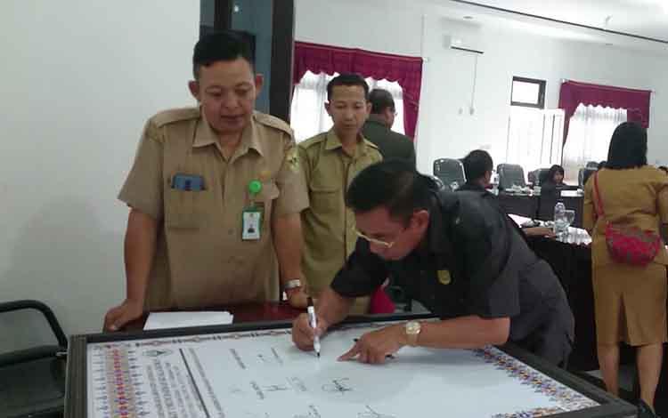 Anggota DPRD Gunung Mas Akerman G Sahidar disaksikan Kasi Keperawatan RSUD Kuala Kurun Rahmattambun saat menandatangani dukungan akreditasi sebagai syarat untuk meningkatkan mutu pelayanan kesehatan