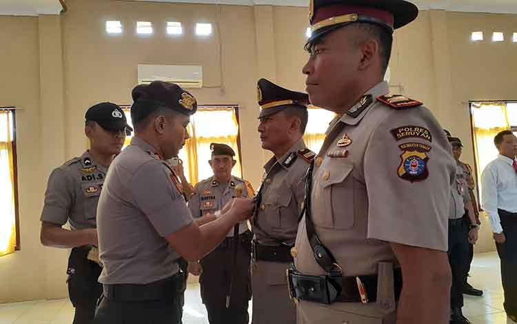 Kapolres Sukamara, AKBP Suliatoyono saat memimpin sertijab perwira polres. Dia mengatakan, pergeseran jabatan di polres merupakan upaya untuk pembinaan karir.