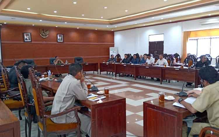 Anggota DPRD Kapuas audiensi dengan Tim Anggaran Pemerintah Daerah di ruang rapat gabungan dewan, Senin siang, 9 September 2019