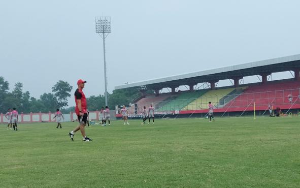 Pelatih Kalteng Putra Gomes De Oliveira memimpin anak asuhnya berlatih di Stadion Tuah Pahoe, Kota Palangka Raya, Senin, 9 September 2019.Gomes menyebut terus memperbaiki kualitas permainan timnya jelang laga kontra Persebaya Surabaya.