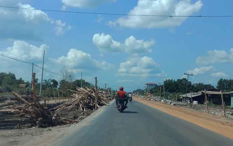 Peningkatan jalan dan pembangunan drainase di Jalan Tjilik Riwut Sampit dengan anggaran miliaran rupiah. Legislator Kotawaringin Timur, H Rudianur mengingatkan pemkab untuk tidak banyak memprogramkan kegiatan skala besar lagi tahun depan.