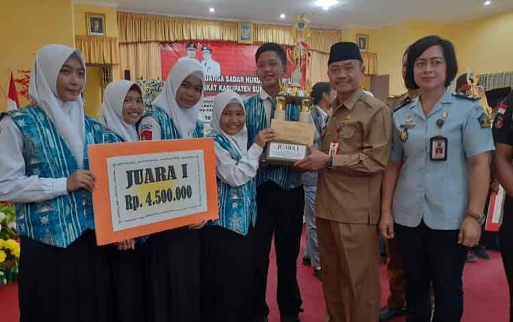 SMAN 1 Jelai saat menerima piala juara I lomba keluarga sadar hukum dari Pemkab Sukamara yang diwakili oleh Sekda Sutrisno, Selasa, 10 September 2019.