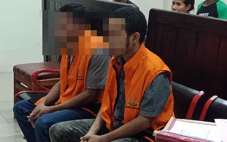 PM dan YB terdawa kasus pencurian menjalani sidang di Pengadilan Negeri Sampit, Selasa, 10 September 2019. Pedagang pemilik toko terkejut melihat toko dibobol maling