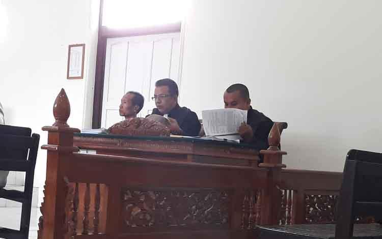 Terdakwa kasus lahan sawit tanpa izin Punding Jahari (paling kiri) saat menjalani sidang di Pengadilan Negeri Kuala Kapuas belum lama ini. Lahan yang digarap terdakwa ternyata bukan milik masyarakat, tapi milik pemodal