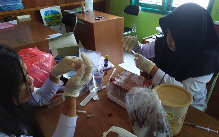 Petugas DKPP Sukamara ambil sampel darah sapi untuk diperiksakan ke Laboratorium, Selasa, 10 September 2019.