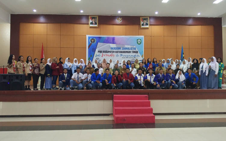 Para pelajar dan mahasiswa Sampit saat berfoto bersama para pejabat, dalam pelaksanaan kegiatan akademi jurnalistik yang digelar PWI Kotim, Selasa, 10 September 2019.