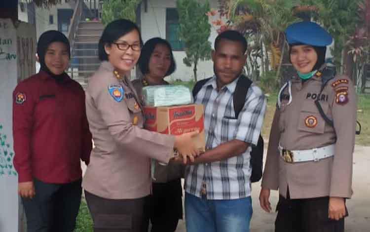Tim dari Polda Kalteng saat blusukan ke asrama mahasiswa Papua di Kompleks Universitas Palangka Raya, Selasa 10 September 2019. Kunjungan tersebut dilakukan dalam rangka ulang tahun Polwan ke-71.