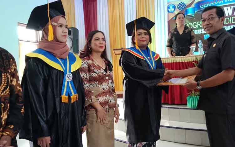 Bupati Murung Raya (Mura) saat menyerahkan sertifikat pelatihan kerja dari lembaga pendidikan kepada masyarakat, Selasa, 10 September 2019.