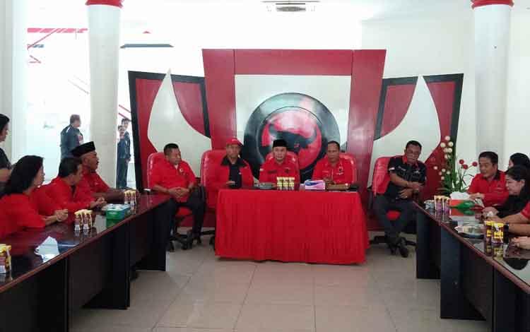 Sugianto Sabran ( tengah - depan ) menyampaikan alasannya sebagai pendaftar pertama bakal calon gubernur di DPD PDIP Kalimantan Tengah