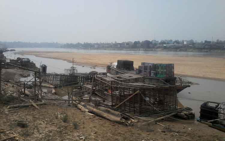 Air Sungai Katingan yang surut ini menyebabkan pemilik keramba di Kasongan merugi karena banyak ikan mati selama musim kemarau