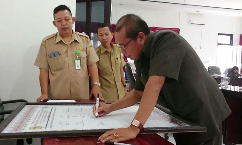 Wakil Ketua Sementara DPRD Kabupaten Gunung Mas Punding S Merang membubuhkan tandatangan dukungan terhadap penilaian akreditasi RSUD Kuala Kurun, Senin, 9 September 2019.