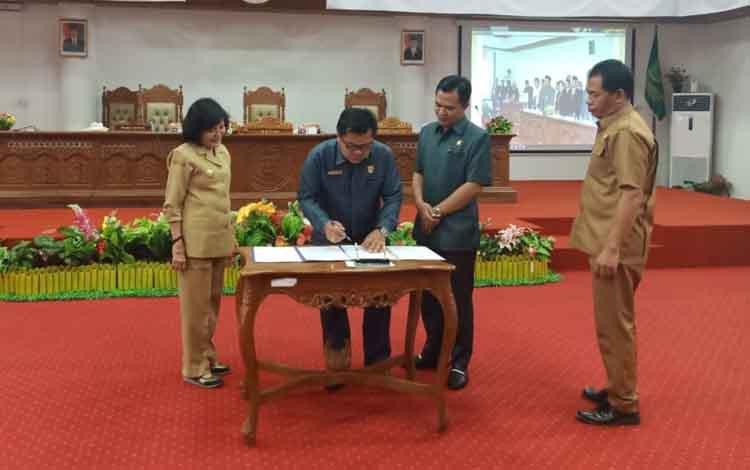 Wakil Bupati Pulang Pisau saat menyaksikan penandatanganan persetujuan tatib DPRD. Harapnya kedepan eksekutif dan legislatif bisa memberikan warna baru dalam mengisi pembagunan.