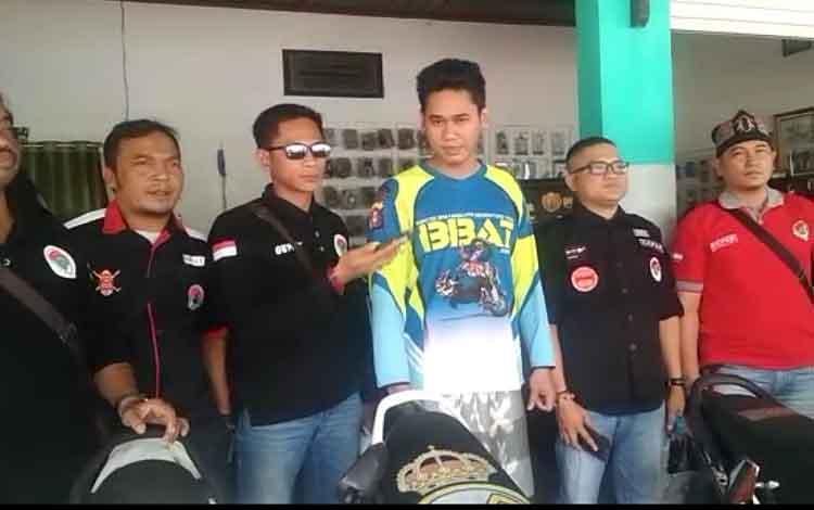 Ariyanto bersama pengurus Gepak memberikan keterangan kepada wartawan. Ariyanto mengucapkan permintaan maaf terkait postingannya di media sosial yang berbau SARA